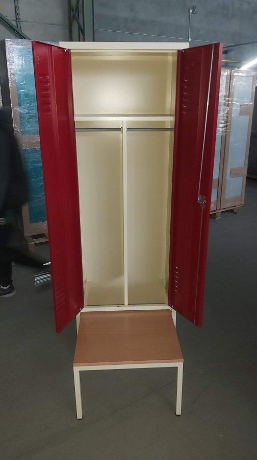 Vestiaire sur banc coffre aménagé genre industrie salissante avec portes battantes